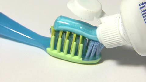 Serving toothpaste on the toothbrush Filmmaterial