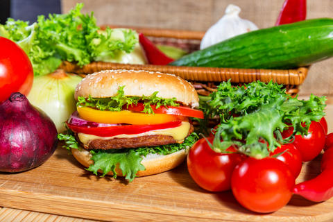 homemade hamburger with fresh vegetables, close up Foto