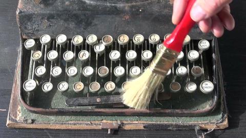 cleaning old typewriter keyboard ビデオ