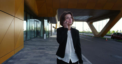 Business woman talking on phone Filmmaterial