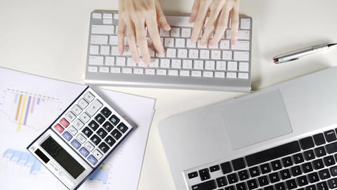 Business female working in office and typing e-mail with keyboard computer on ライブ動画