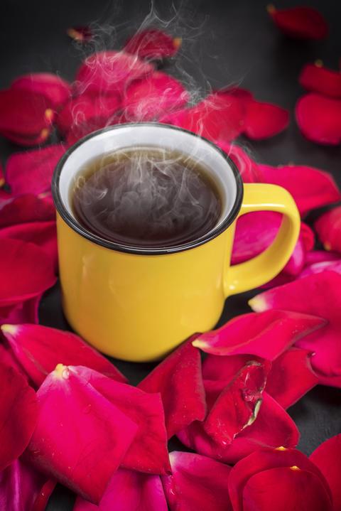 round yellow mug with hot tea フォト