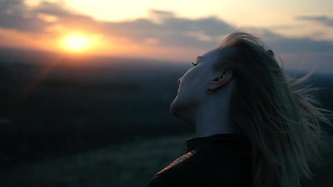 Beautiful girl on the sunset background Filmmaterial