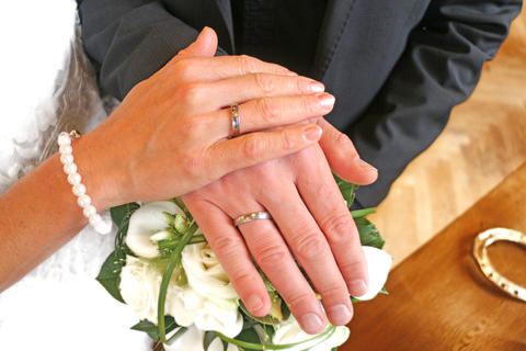 wedding hands over a bouquet Foto