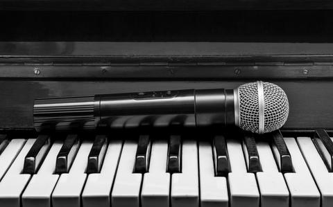 Piano and wireless microphone Photo