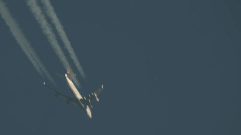 Jet that is seen in the sky morning Streaks of condensation formed after him 29 Footage