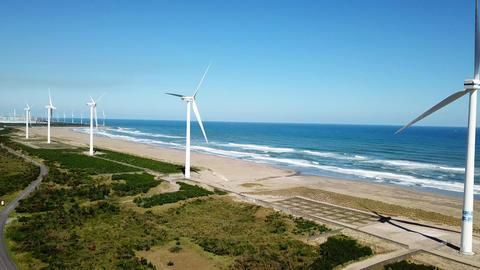 Wind power generator on the beach ビデオ