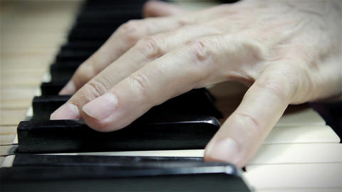 Hand playing Piano Acción en vivo