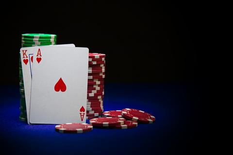 King and ace poker card on stack of poker chips Foto