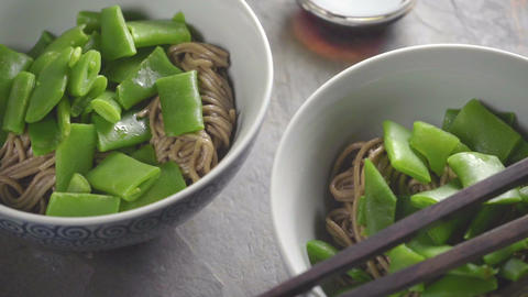 Two servings of buckwheat noodles with green beans ビデオ