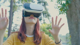 woman uses a virtual reality glasses Filmmaterial