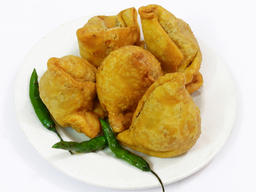 Indian Samosa on white background フォト