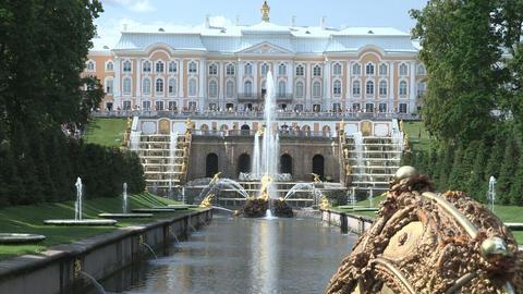 Beautiful tsar fountain Samson in Peterhof ビデオ