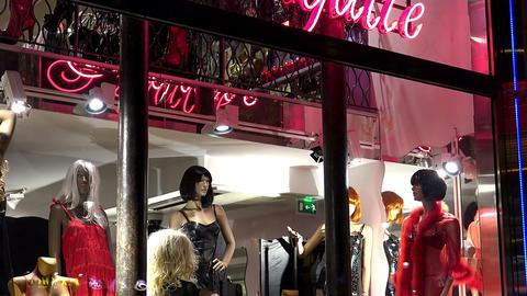 Sex shop in Paris. Night. France Acción en vivo