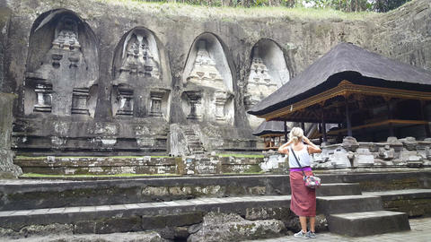 Woman take photo in front of Gunung Kawi Temple in Ubud, Bali Archivo