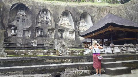 Woman take photo in front of Gunung Kawi Temple in Ubud, Bali Archivo