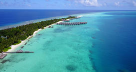 v09455 five 5 star resort water bungalows in Maldives with drone aerial flying ビデオ