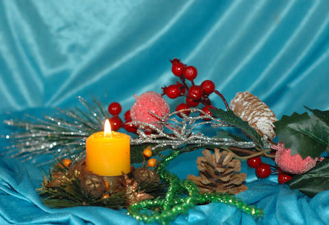 Christmas background. Pine branches,toys, candle on a blue backg Foto