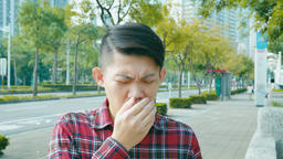 man coughing and sneezing at outdoor in the city Live影片