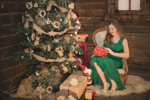 Beautiful young woman holding gift box Foto