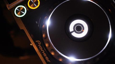 Slow Motion Musical Plate Rotates on Equipment Sounding Music ビデオ