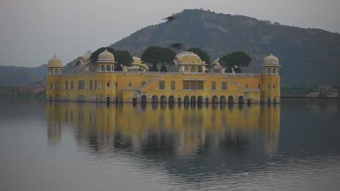 Jal mahal palace on lake at night in Jaipur India ビデオ
