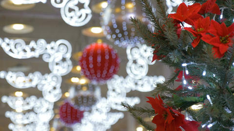 Christmas tree, is decorated in a shopping center. Holiday decorations, big Archivo