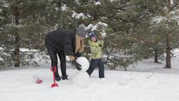 Mom and son make a snowman 2 ビデオ