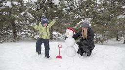 Mom and son make a snowman 9 ビデオ