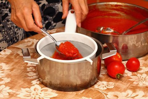 Woman making ketchup Foto