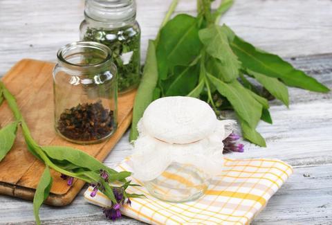 Alternative medicine, preparing for filtering Comfrey ointment Foto