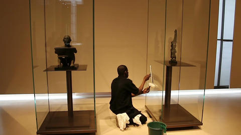 PARIS, FRANCE - March 22, 2016: Cleaner wiping the showcase at the Louvre ビデオ