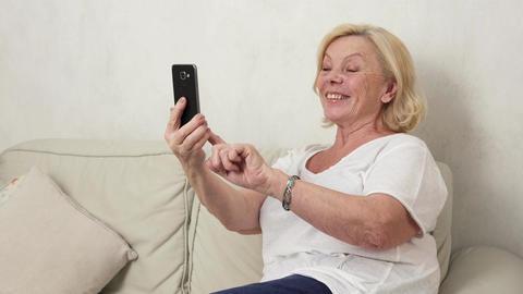 old woman making a selfie Filmmaterial