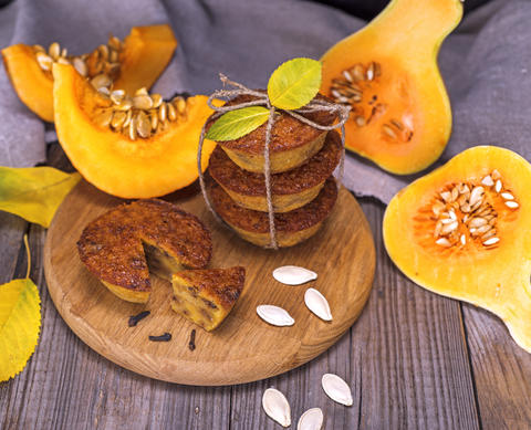 pumpkin muffins and pieces of fresh pumpkin Foto