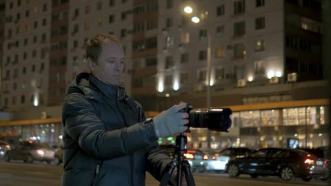 A person takes pictures of the night city Archivo