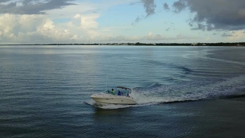 Orbiting A Fast Moving Boat Across The Florida Keys' Ocean ビデオ