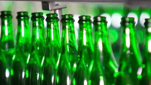 Bottles of green color move along conveyor ビデオ