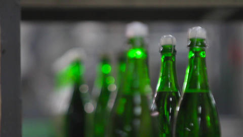 Bottles of green color move along conveyor ビデオ