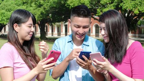 happy student use phone Live影片