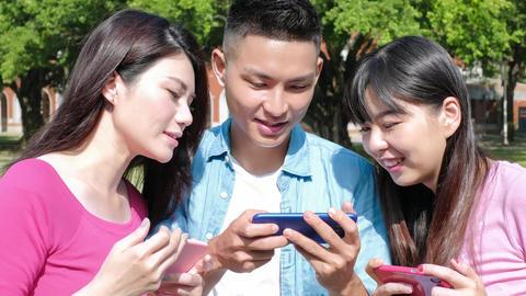 happy student play phone Live影片