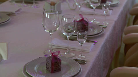 Cymbals and wine glasses on the wedding table Archivo