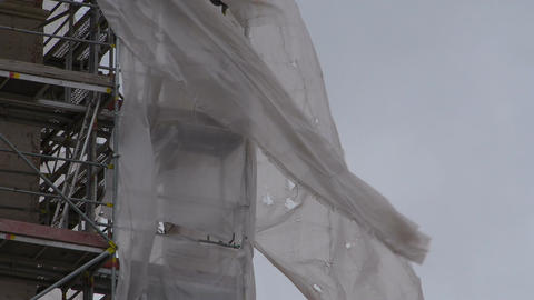 Construction scaffolding in a strong wind Filmmaterial