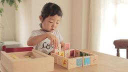 幼児、積み木、遊ぶ、動画素材、リビング、女の子、可愛い、ブロック、かわいい、遊ぶ、テーブル、いす、笑う、園児、ライフスタイル、親子、母、夢中、人物、子供、子ども ライブ動画