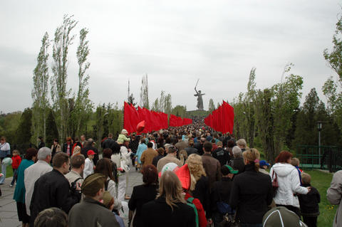 VOLGOGRAD, RUSSIA - CIRCA MAY, 2007: People going on the main he フォト