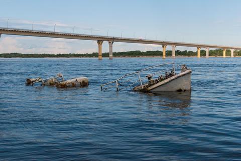 Sunken boat in a river フォト