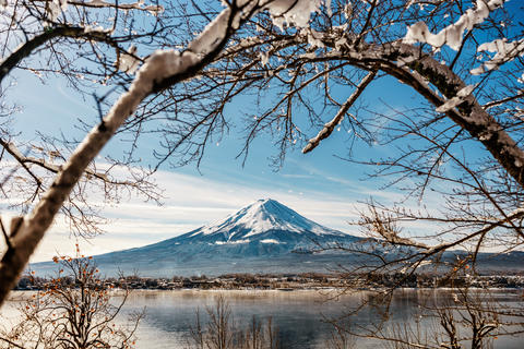 Japan winter season.Fuji mountain with snowcapped in winter.Mount Fuji Foto