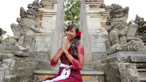 balinese girl in uluwatu temple Stock Video Footage