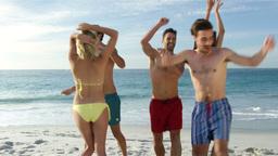 Friends dancing on the beach ビデオ
