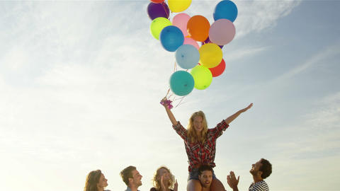 Friends dancing on the sand with balloon ビデオ