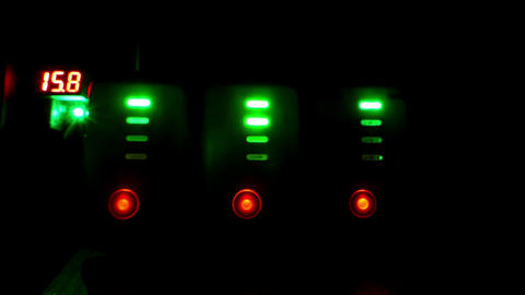 Shimmering traffic lights from the rows of green and red lamps Bild
